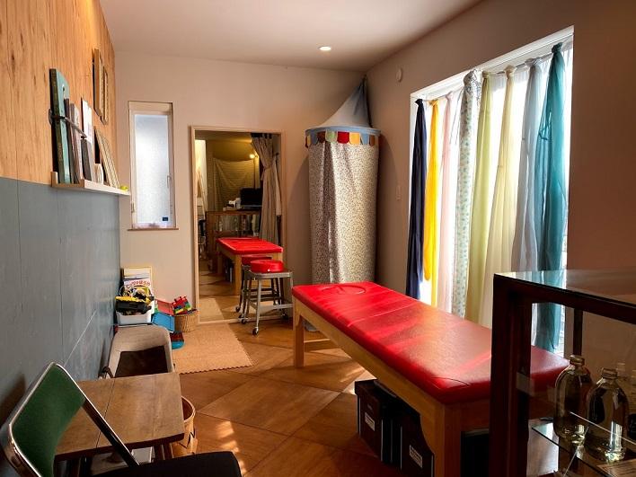 1階のワンスペースを使い、奥さま念願の『葉山 カイロプラクティック SUN』を開院。床の貼り方も可愛いんです。