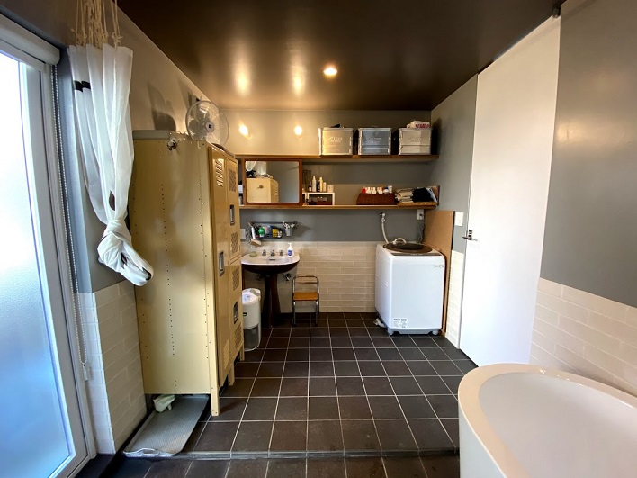 TOTOのアンティークの洗面台。戸棚の鏡は古い建具を利用したもの。ナイスな洗面スペース。