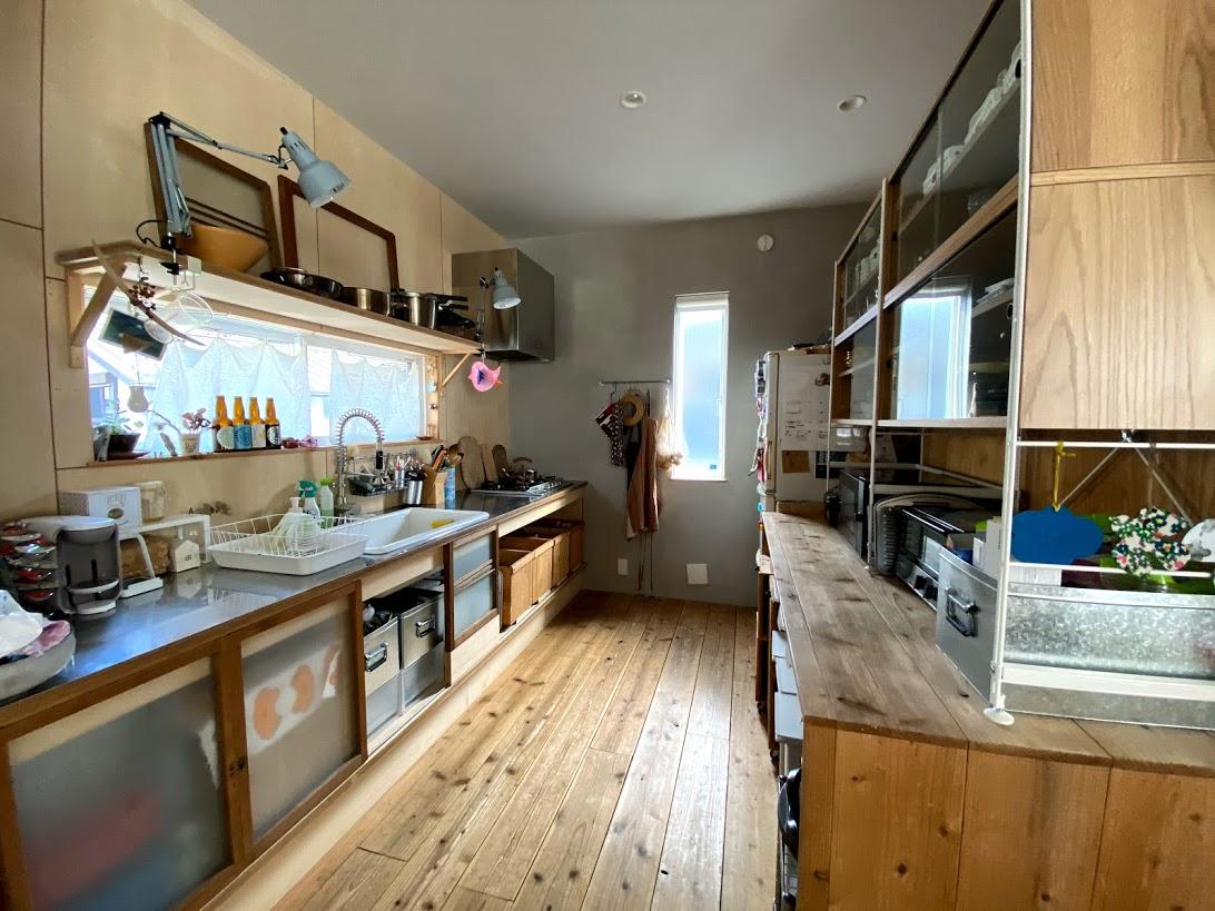 キッチンの照明にZライト!引き戸は古道具!スタイリストの石井佳苗さんのディレクション。収納力もたっぷり。