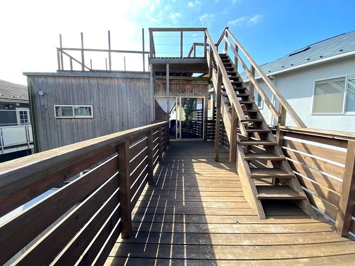 ルーフバルコニーへは、テラスから階段を登ってアプローチ。外の風が気持ちいい!