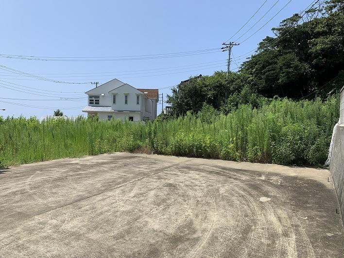 宅地の上に上がってきました。残念ながら雑草の背が高くて海眺望がおさめられず