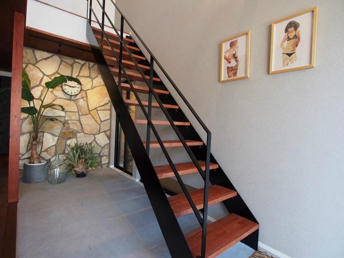 鉄骨の階段。クールです。リビングとつながる土間も素敵。