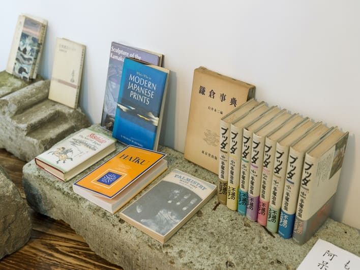 館内には様々なジャンルの本が置いてあります