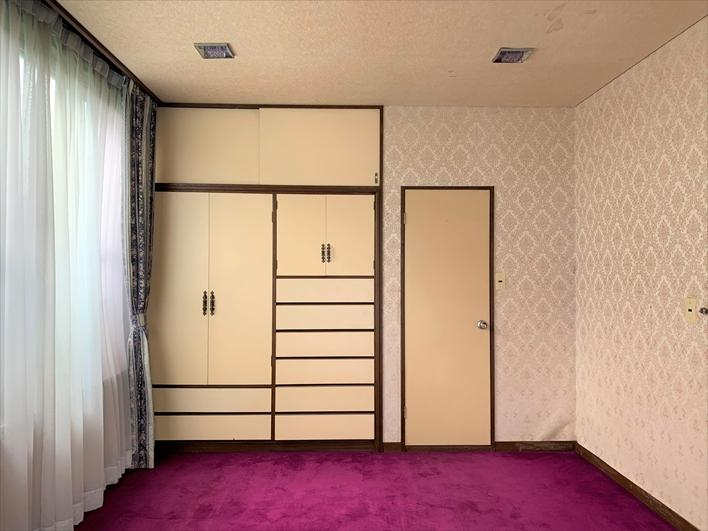 収納&トイレ。個人的にはこの部屋は純喫茶な雰囲気にして寛ぎたい。