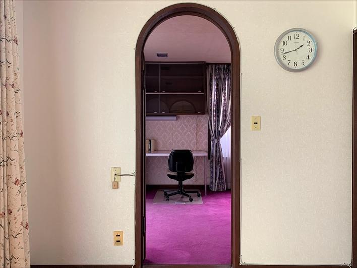 ここをくぐると隣の異空間な部屋へ
