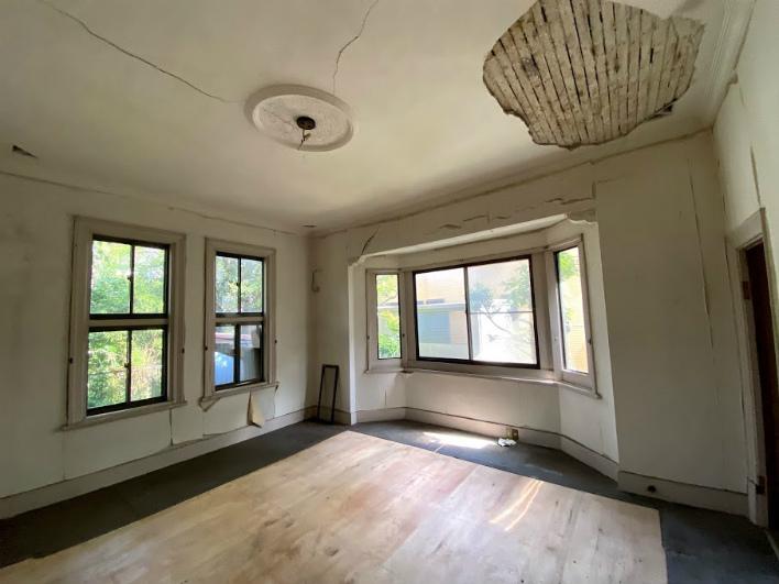 1階の応接間のような空間。天井が高い。