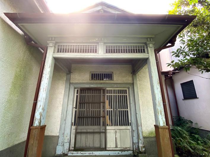 がしかし、玄関の構えを見ると普通でないことがわかる。