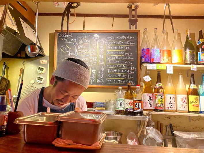 いつも優しい笑顔で迎えてくれる「ペリカン食堂」のツーラン。ただいま!と言いたくなるあたたかさ。本物件から徒歩9分。