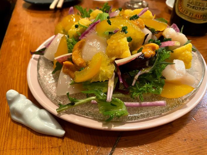 見た目だけでなく味もパーフェクトな創作サラダ。嬉しくなってしまう彩り。