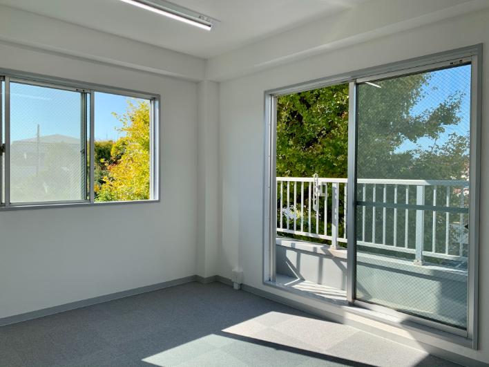 (2F)青空と緑が見える開放的な空間。オフィスにしたら気持ちよく仕事が出来そう。