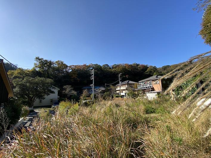 周囲は綺麗な山並み、緑が良く見えるロケーションです