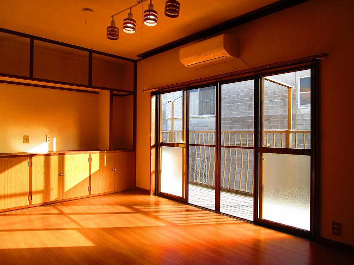 2階洋間。収納が多いのもこの家の特徴。