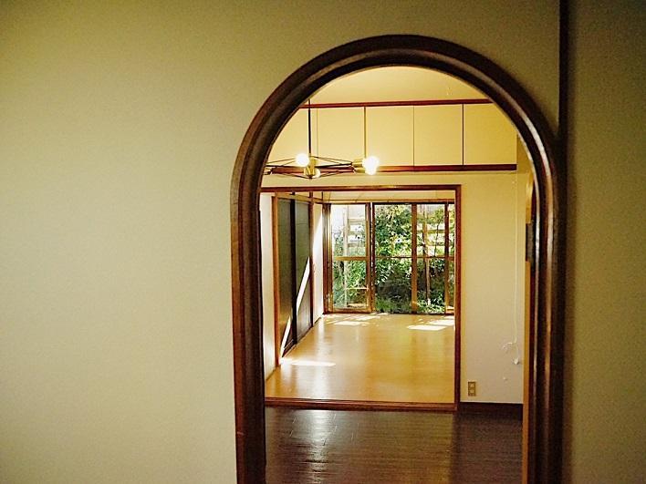 玄関から1階を見る。艶やかな表情。