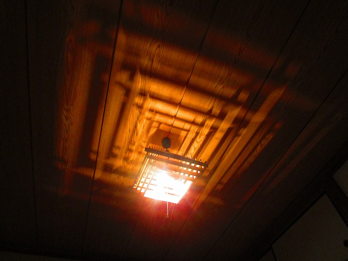 照明ひとつ見ても艶やか。