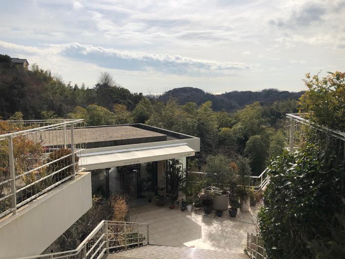歩いて3分で鎌倉山の緑と七里ヶ浜の海を一望できるフランス菓子のル・ミリュウ鎌倉山。