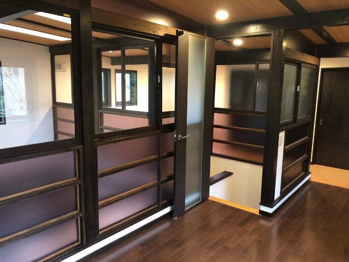 2階は開閉可能なガラスで仕切られ、開放感があり、機能的でもあります。