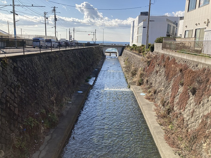 駅から海方面への河口。橋の下から見える海がなんとも素敵で思わずパシャリ。