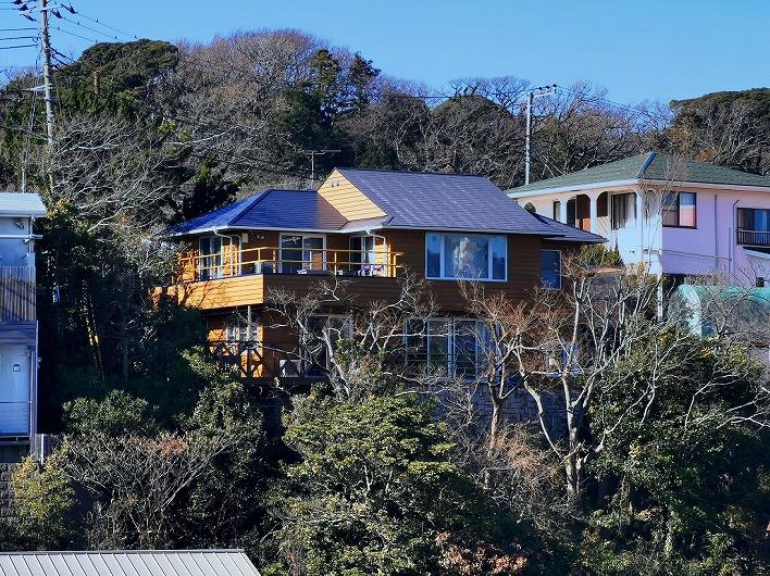 高台にある二階建てログハウス。天気の良い日は、テラスから広範囲に景色を楽しめる!