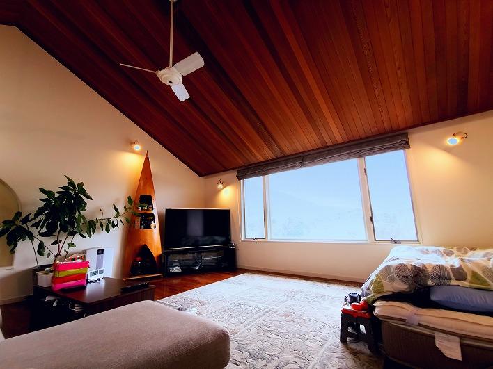 室内の状態が非常に良くて、天井のウッド感と照明が絶妙の雰囲気なリビング。