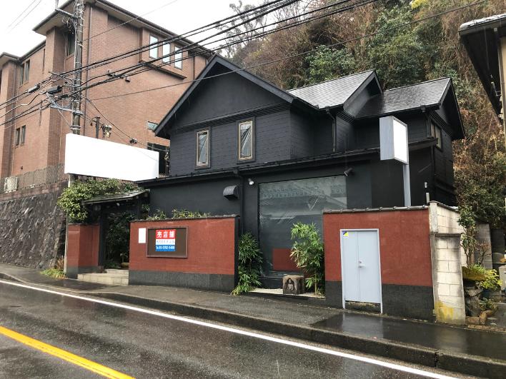 北鎌倉、建長寺に程近い道路沿いの山際に売店舗が出ました!高さの制限が無く、500㎡以内の店舗などが建築可能な第一種中高層住居専用地域です。