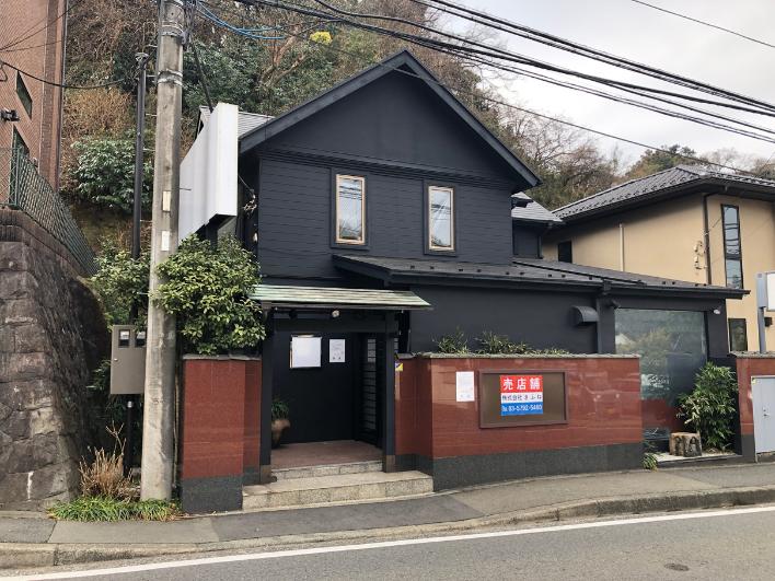建物正面。県道21号(横浜鎌倉)線沿いの雰囲気ある建物。