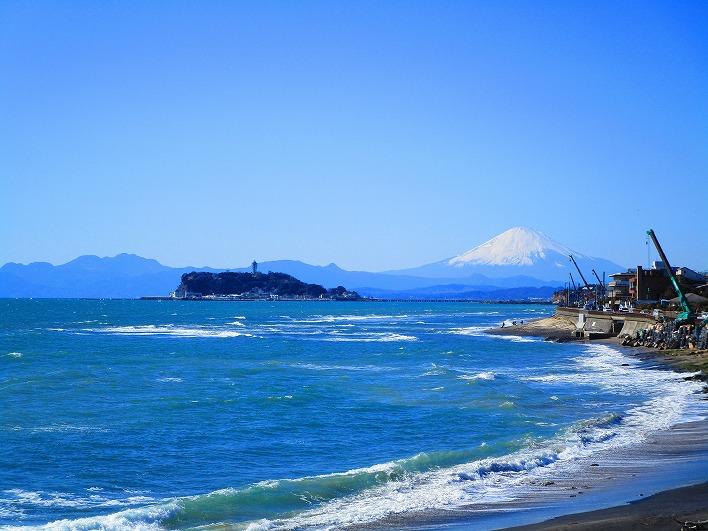 稲村ヶ崎の海。ボードを抱えて海に向かう生活も◎。