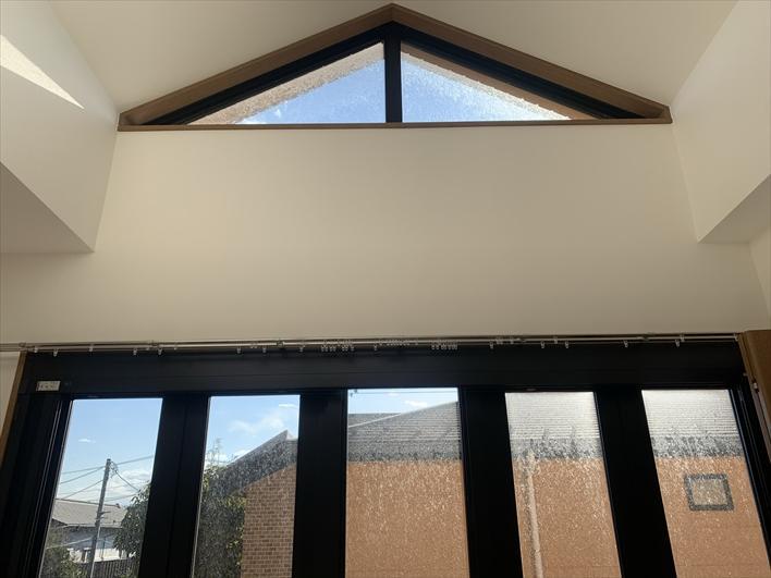 三角窓からの光が気持ち良きかな(101)