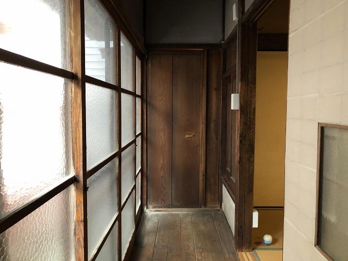 廊下も雰囲気アリアリ。この先はトイレ(リフォーム済み)。