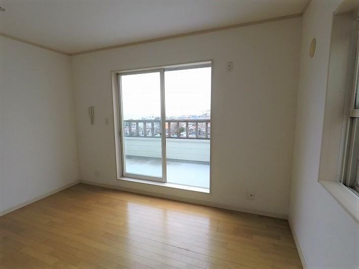 2階の洋室1。縦に広い約12.5帖。ここにオンラインmtg用の小部屋をつくりたい!