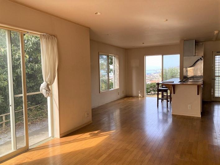 1階LDKは約22帖の広さ。窓も多いので明るい。高台のいい風が家の中を通り抜けます。