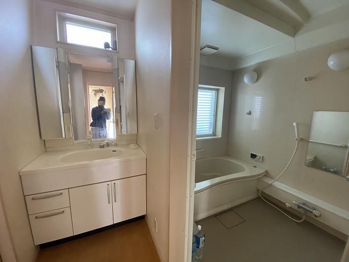 洗面&バスルーム!お風呂には窓がついています!