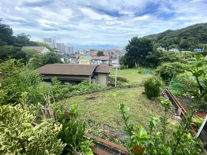 庭から畑と海、富士山、江ノ島を眺める。海だけじゃなく緑も美しい!