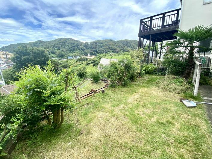 畑の上はお庭。ここでプールしたり、BBQしたり、楽しめます!