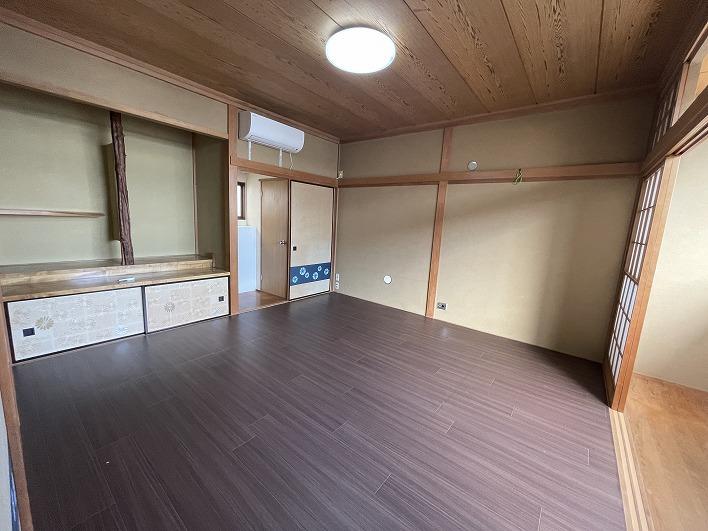 広々な寝室。2階にはここともう一部屋。