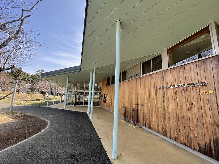 徒歩12分の第一運動公園。児童館やカフェ、多目的スペースと充実の子育て施設です。