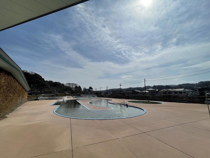 夏には運動公園内の流れるプールで遊びましょう。地元の小中学生は10回まで無料です。