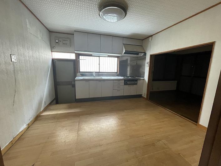 一階のキッチン。リビングとの壁は抜いて広々と使いたい。