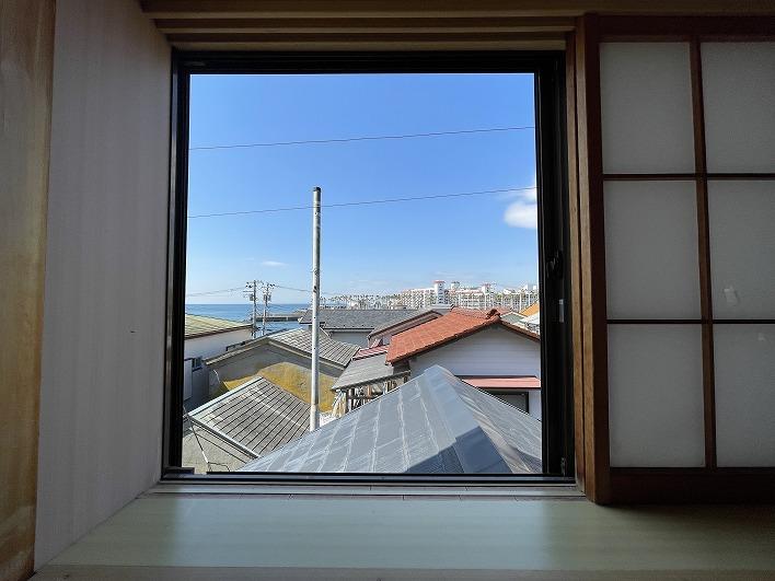 窓からの景色が絵画みたいでよいですね。