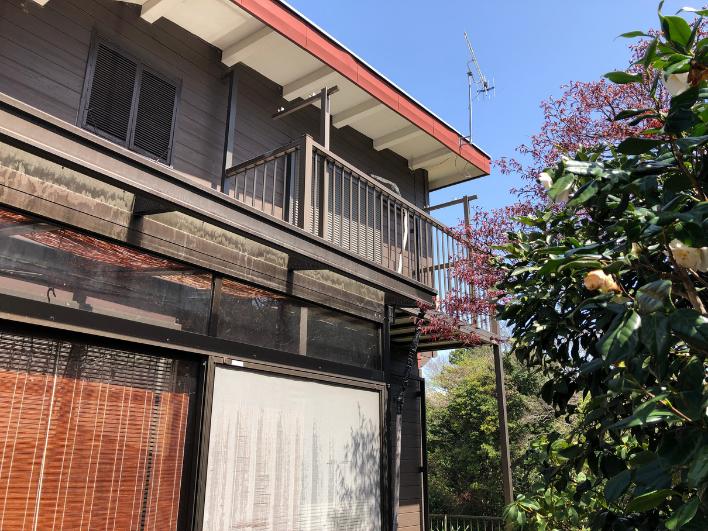 日当たりの良い南面。屋根や外壁、大きな掃き出し窓も修繕・交換されています