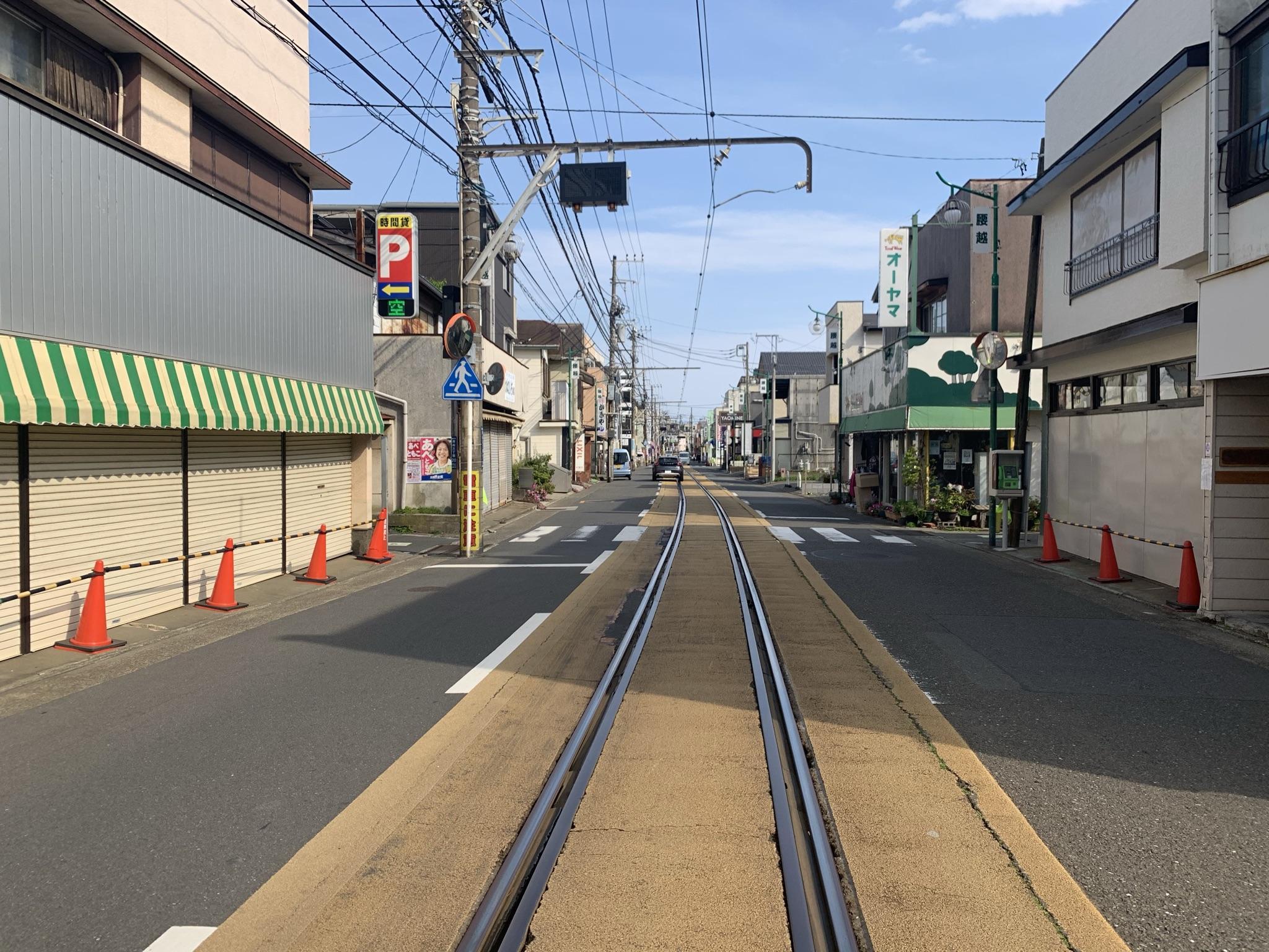 近くは江ノ電が通る昔ながらの商店街