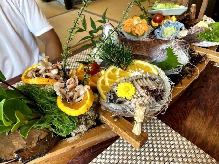 「うに清」の船盛り。刺身が美味しすぎて、もう。特にうに!特にうにがすごい。サザエもコリッコリだぁ~!