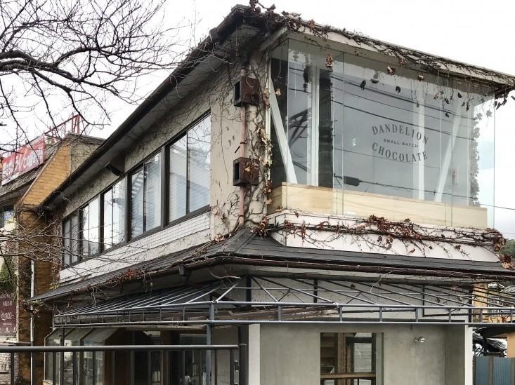 ガラス張りの2階が目を引く建物
