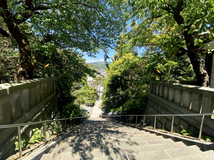真鶴港を見下ろす高台にある貴船神社。きらっきら。