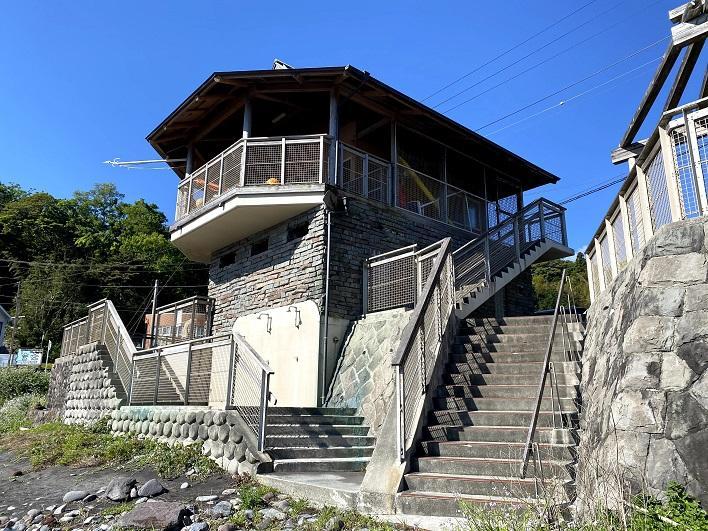 岩海岸の公共施設。トイレとシャワーが使えるよ!