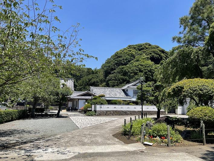 近くには美しい境内の海宝院という寺院があります。