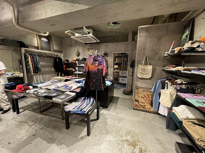 店内には可愛い古着やオリジナルブランドのアイテムがたくさん!