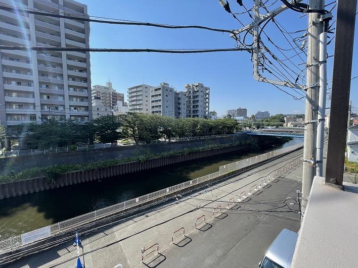 この川沿いの橋を渡ればもう藤沢中心街。