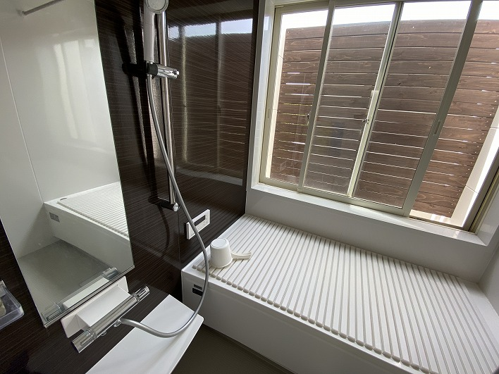 バスルームは大きな窓付きで露天風呂気分が気持ち良いそう。
