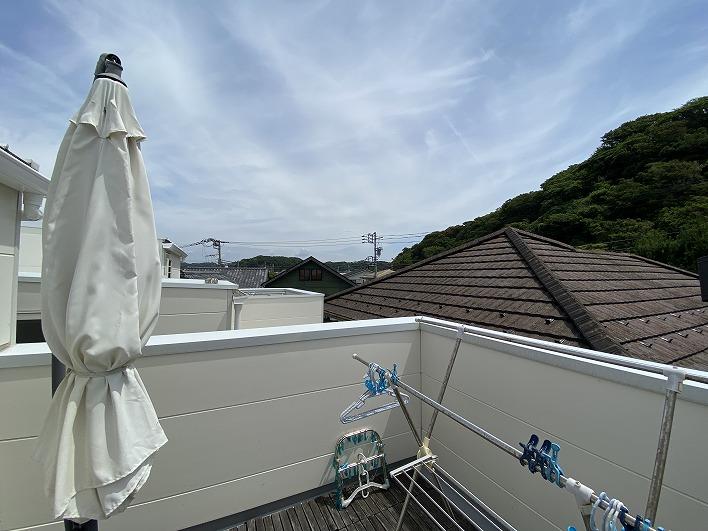 こちらはルーフバルコニーです。海もチラッと見えるんです。あと逗子と鎌倉の花火はばっちり見えるそう♪