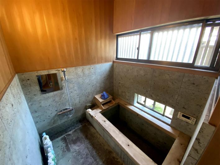切り出した伊豆石でつくったお風呂。